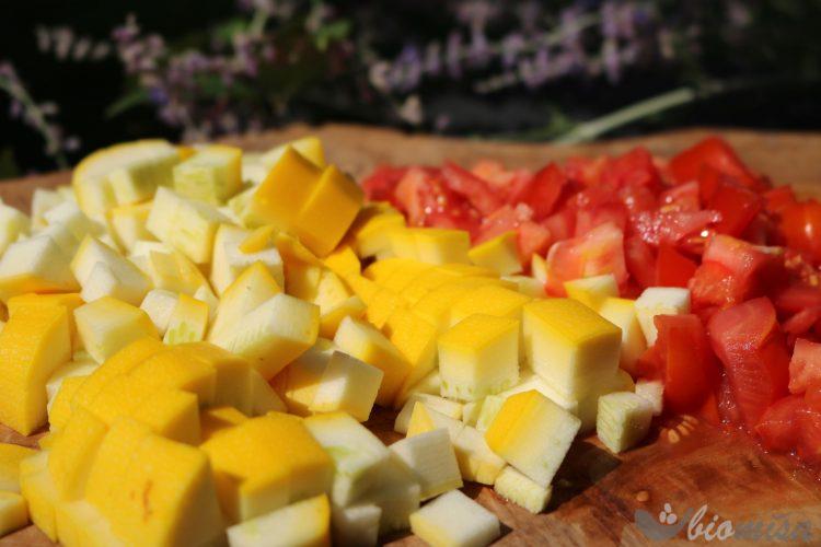 Nakrájená cuketa a rajčata